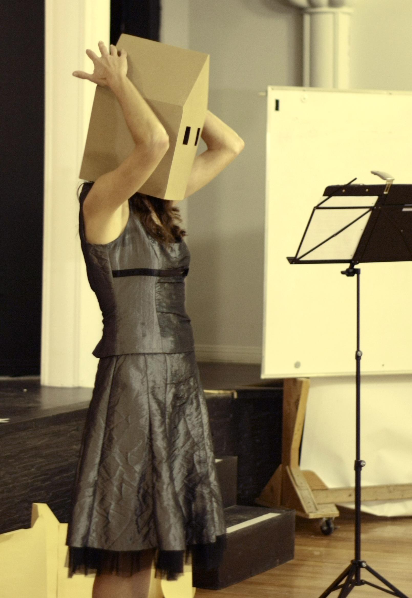 Performance de l'artiste interdisciplinaire, Évelyne Bouchard, lors du lancement